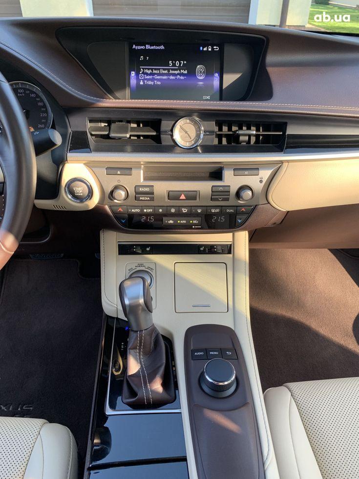Lexus ES 2017 белый - фото 14