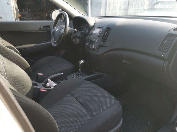 Hyundai i30 2011 белый - фото 7