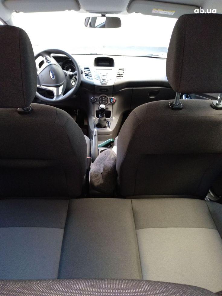 Ford Fiesta 2015 белый - фото 2