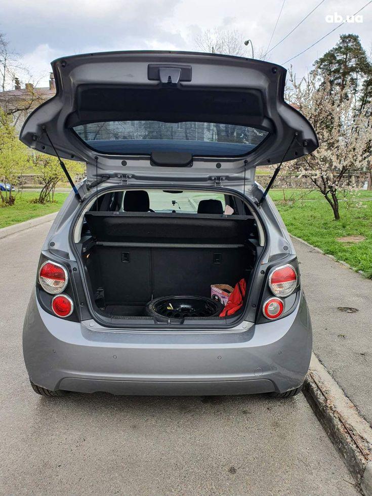 Chevrolet Aveo 2012 серый - фото 10