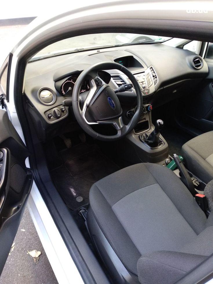 Ford Fiesta 2015 белый - фото 5