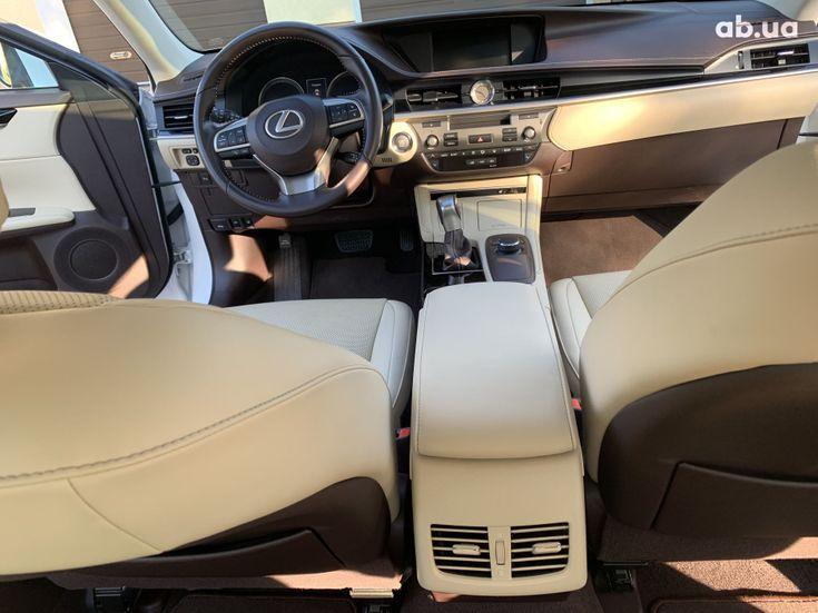 Lexus ES 2017 белый - фото 18