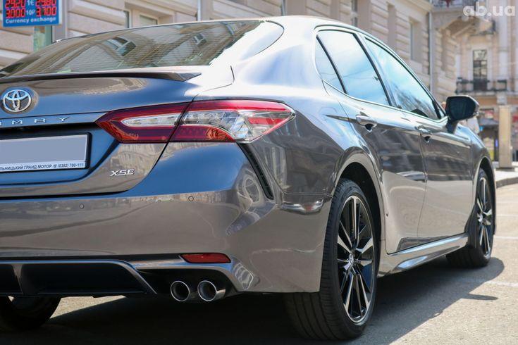 Toyota Camry 2018 серый - фото 11