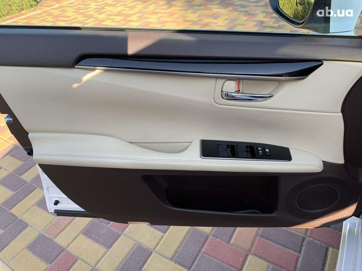 Lexus ES 2017 белый - фото 19