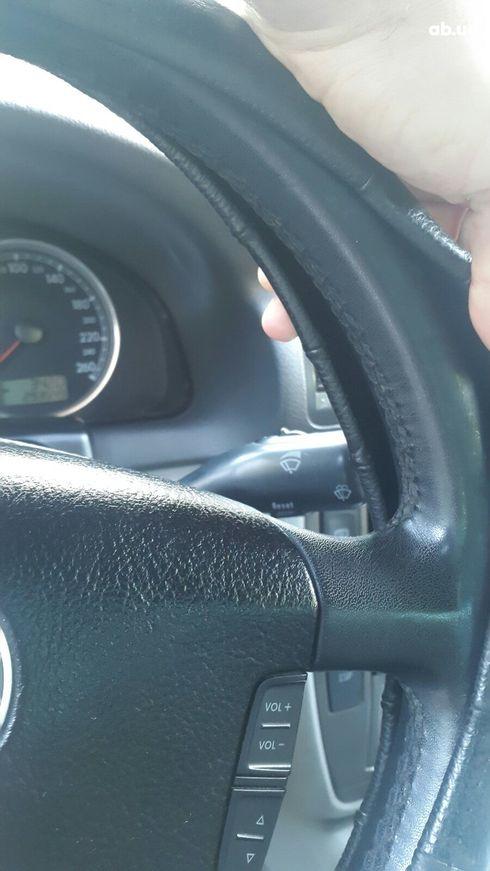 Volkswagen Passat 2003 серебристый - фото 3