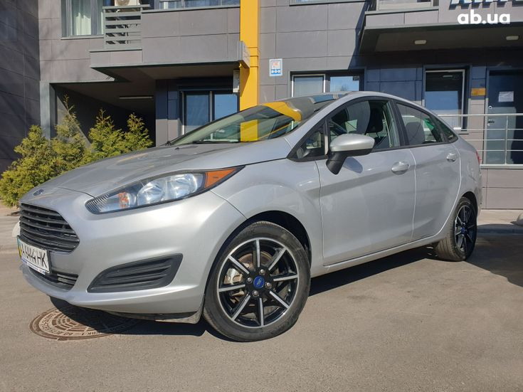 Ford Fiesta 2018 серебристый - фото 1