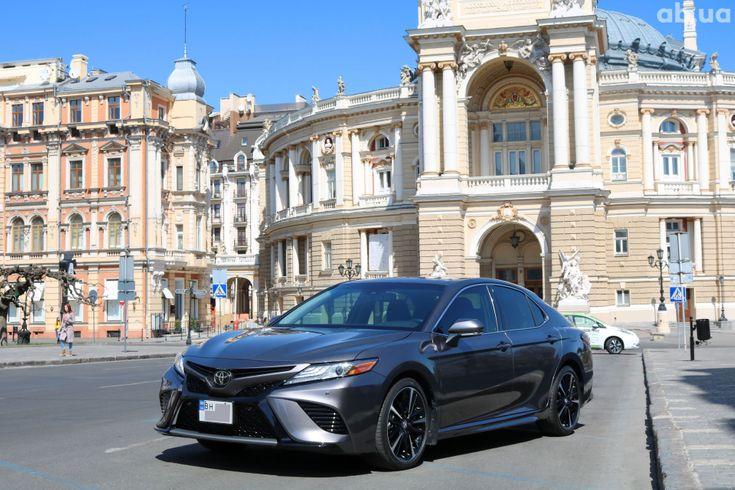 Toyota Camry 2018 серый - фото 1