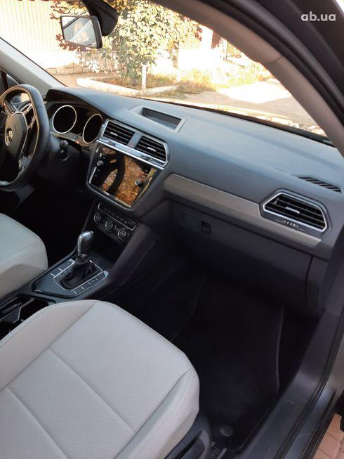 Volkswagen Tiguan 2018 серый - фото 15